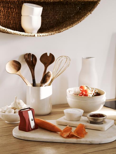 Zbliżenie na akcesoria kuchenne: tacę, organizer kuchenny oraz miseczki