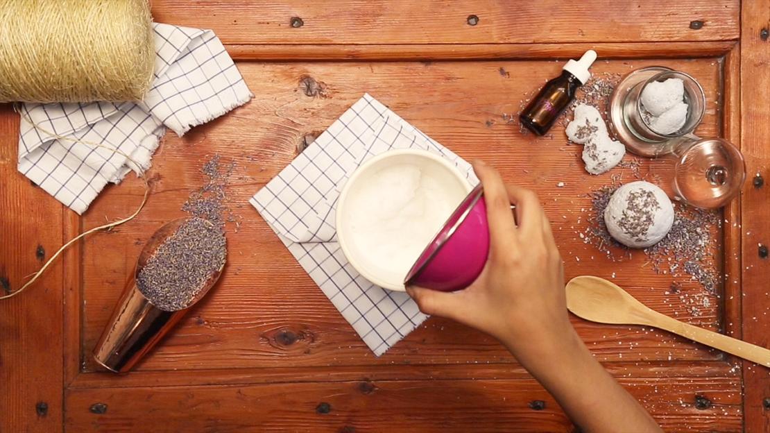 Die trockenen Zutaten in ein Glas geben und vermischen. Die flüssigen Zutaten in einer anderen Schüssel mischen.