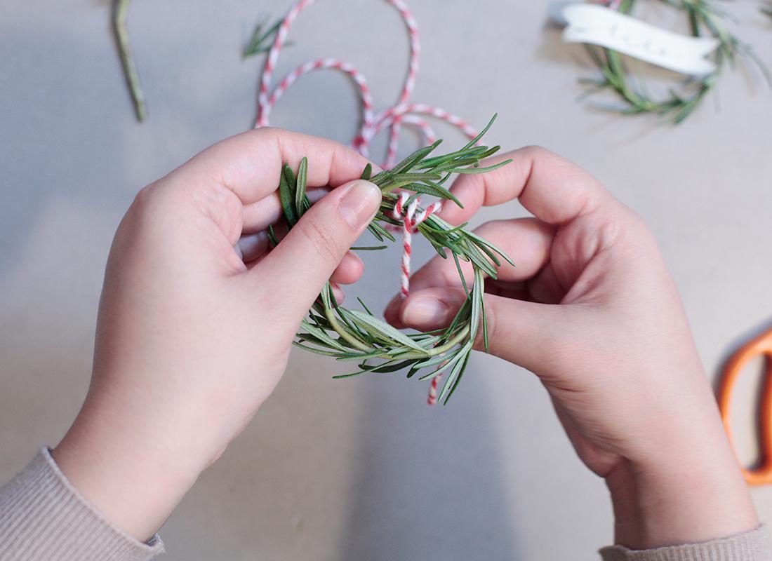 weihnachtliche-deko-platzkarten-aus-rosmarin