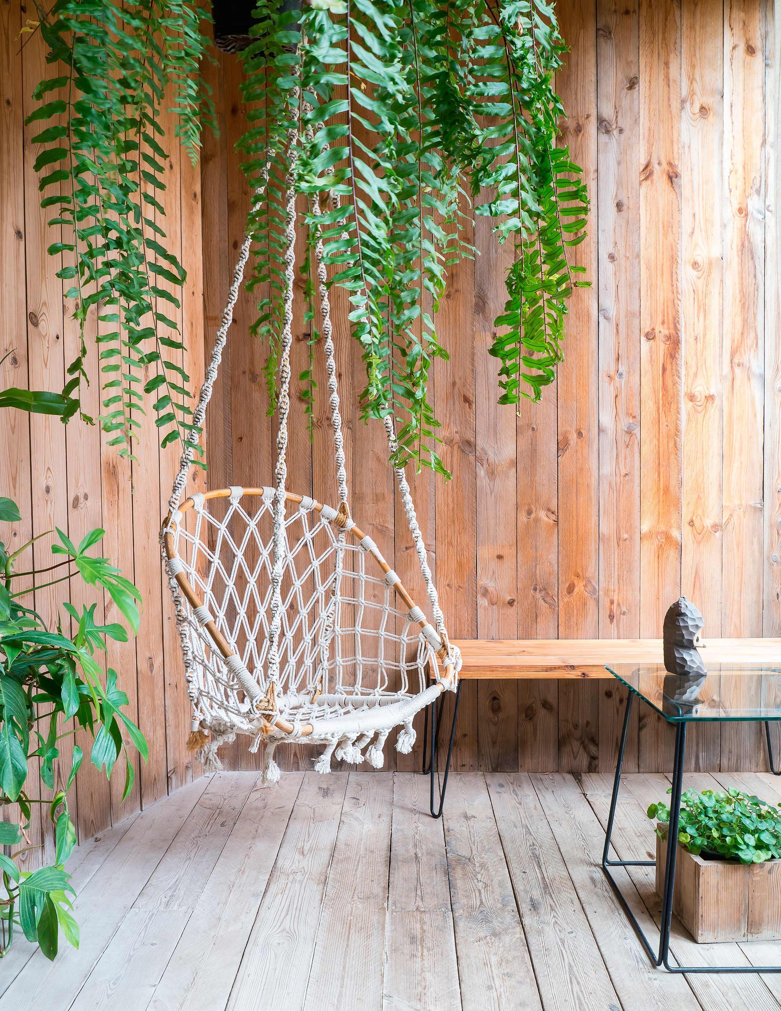 7.silla-colgante__10-piezas-clave-que-tu-terraza-está-pidiendo_WESTWING-MAGAZINE