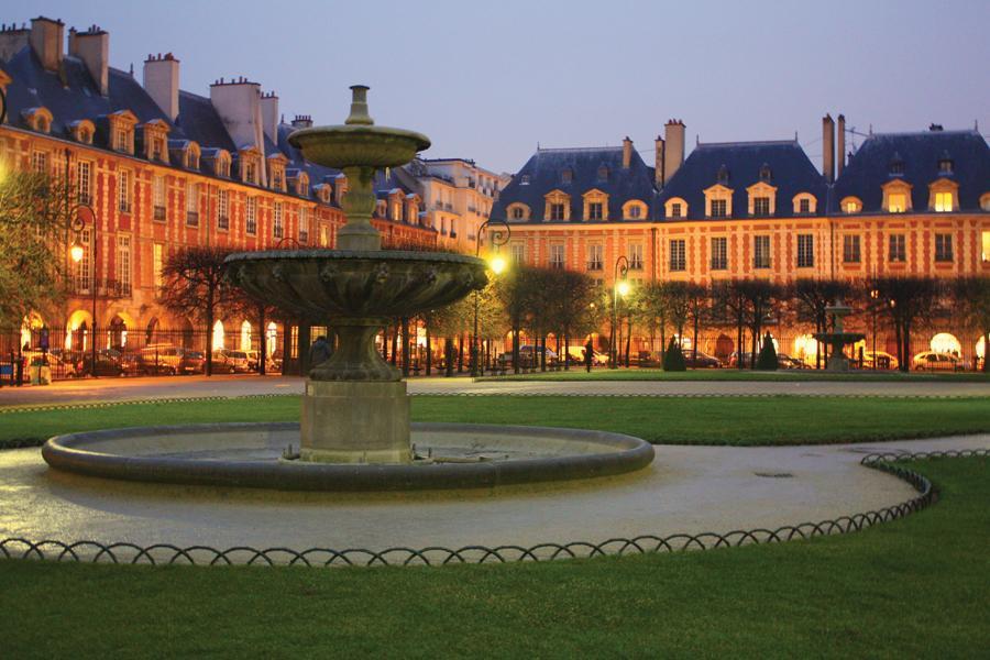 Place de Vosges, nel cuore di Marais, è la piazza più antica di Parigi