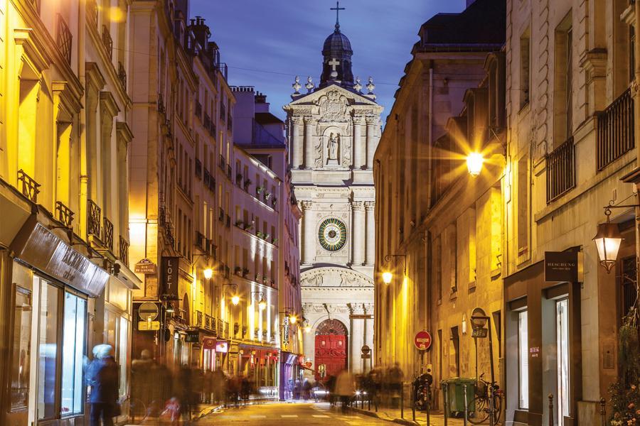 Un suggestivo scorcio notturno della chiesa di Saint-Paul-Saint-Louis