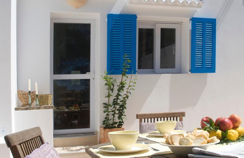 Decorazioni estive: il balcone va in bianco