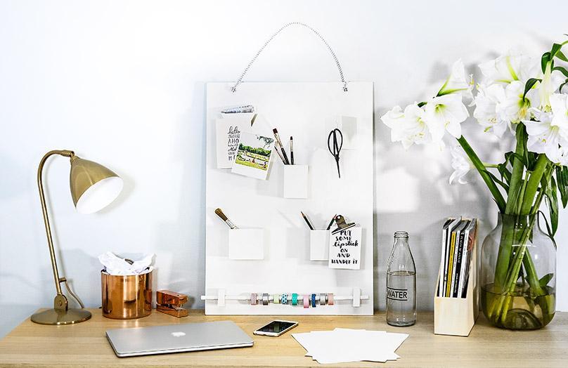 Una bacheca portaoggetti da scrivania