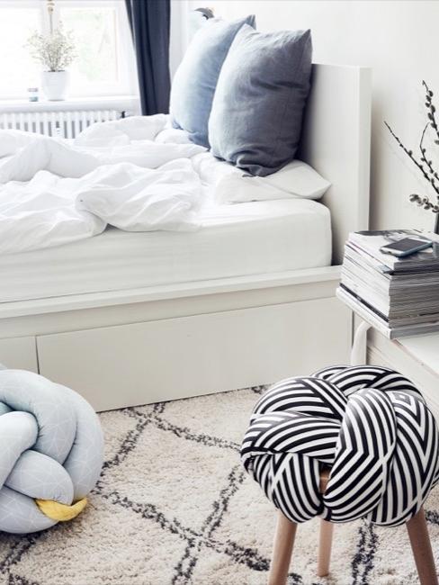 Decoración dormitorio con tabuerete nudo