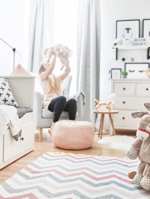 Różowy pokój dziecięcy z łóżkiem, kredensem i zabawkami