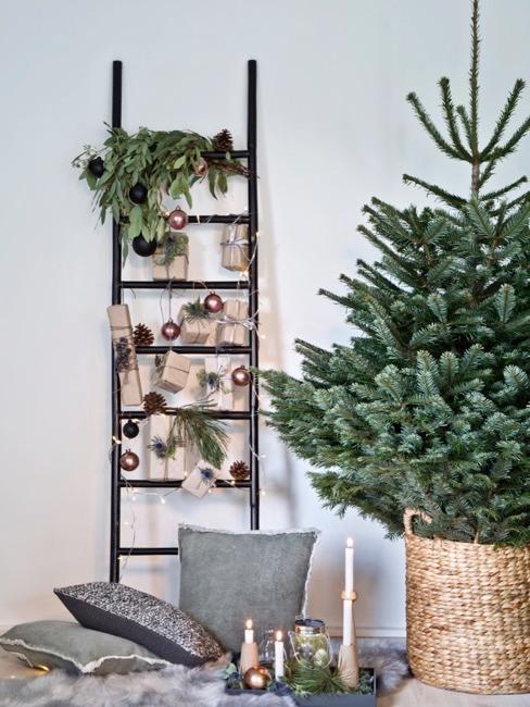 Drabina z dekoracjami świątecznymi oraz kalendarzem adwentowym