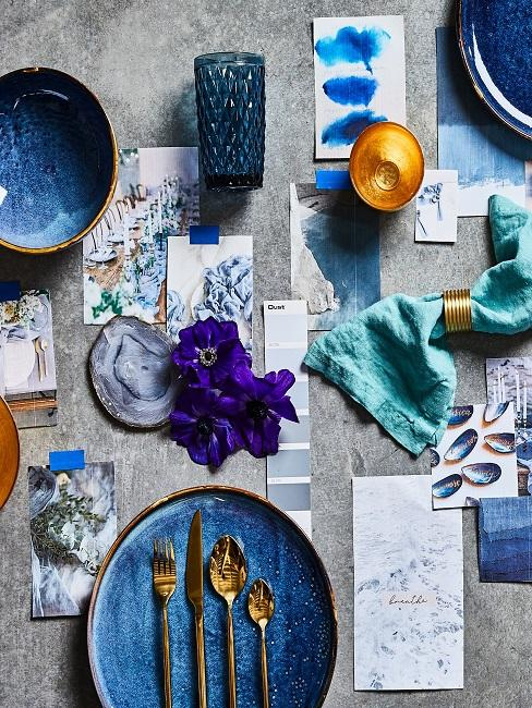 Verschiedene Blautöne auf Tisch
