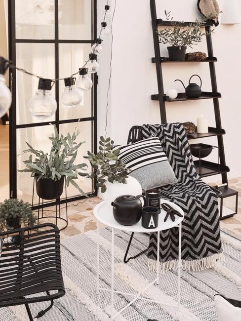 Decoración de un balcón blanco y negro con plantas