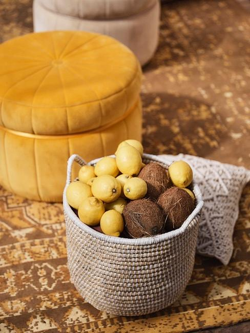 decoración de puf con limones y cocos