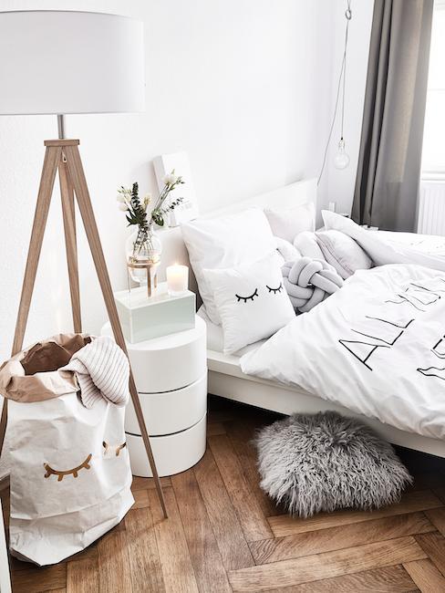 Dormitorio decorado con una bolsa de papel para guardar cosas