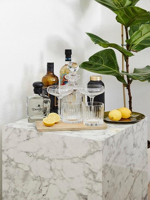 Vasos de cóctel en una mesa auxiliar