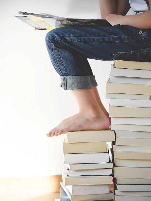 Ein Kind mit einem Buch auf dem Schoß