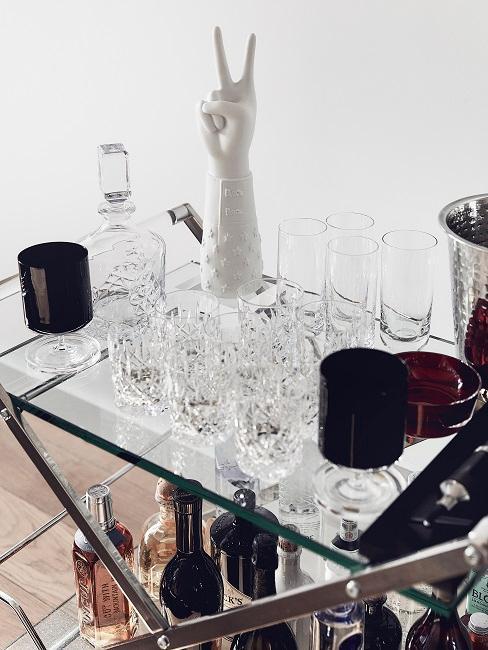 Dettaglio di camera da uomo con carrellino con bicchieri e bottiglia