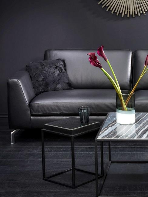 Camera da uomo con divano in pelle nero ed elementi moderni