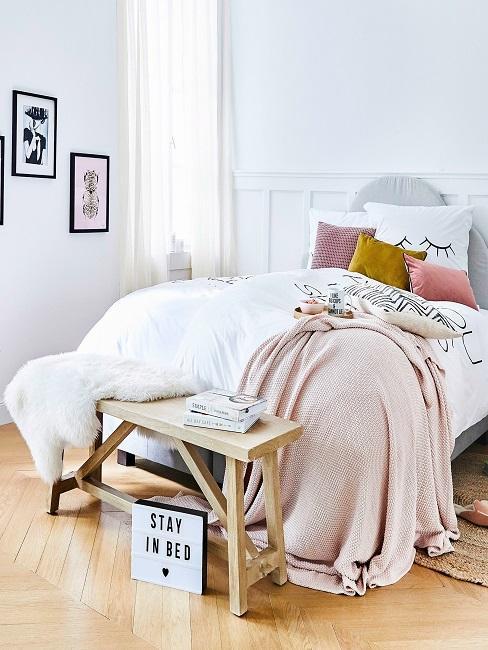 Lightbox vor Bett mit rosa Deko