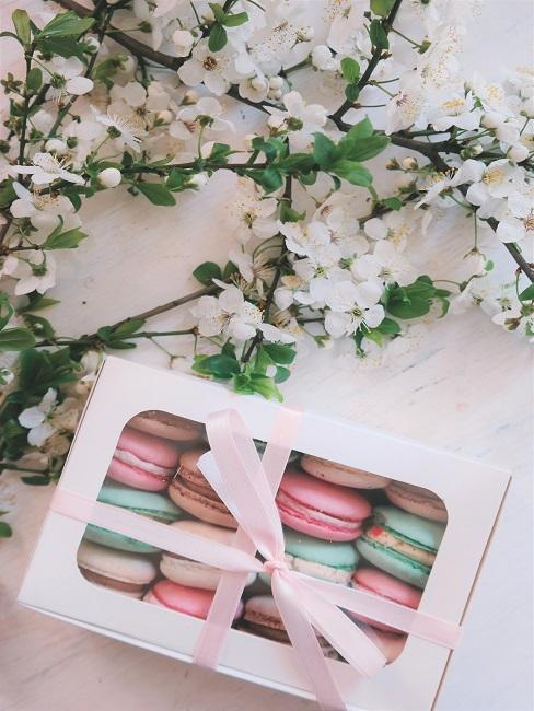 Macarons in einer hübschen Verpackung auf dem Tisch