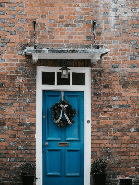 Blaue Haustür mit Kranz als Deko