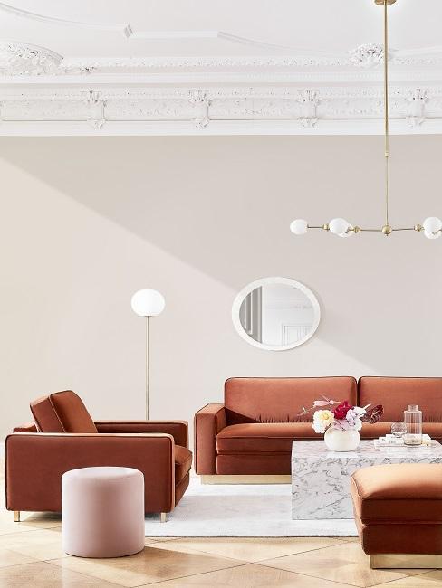 Wohnzimmer mit Stuckdecke, einer eleganten Sofagarnitur und einem Luxus-Marmor-Couchtisch