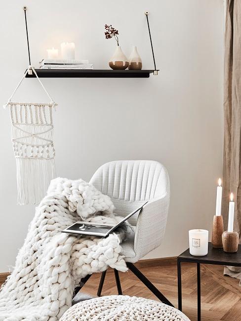 Wohnzimmerecke mit Stuhl und schöner Deko