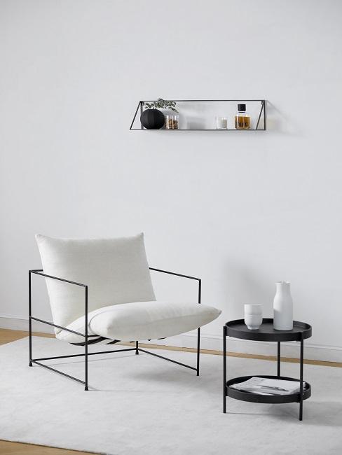 Lagom Wohntrend Sessel in weiß auf weißem Teppich mit schwarzem Beisteltisch