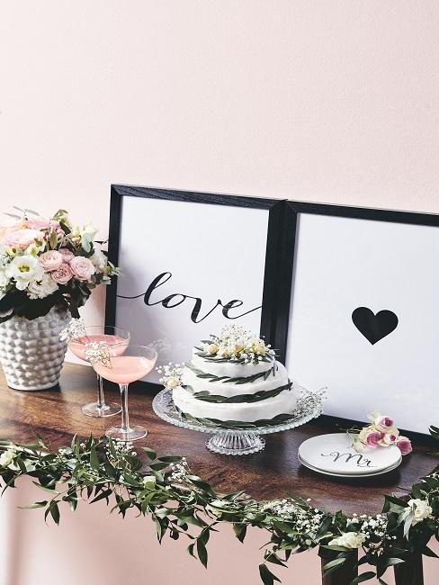 Valentinstag Sprüche Bilder mit Schriftzug Love und Herz neben Kuchen und Blumendeko