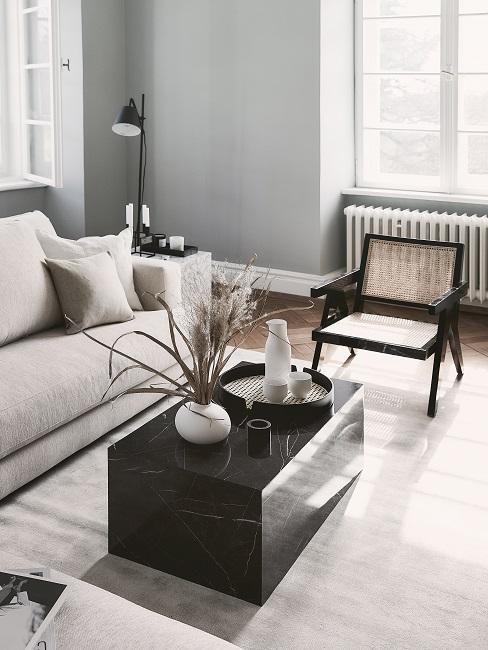 Japandi Wohnzimmer mit Marmortisch und Stuhl aus Wiener Geflecht