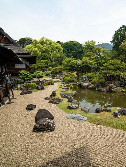 Japanischen Garten anlegen mit wellenartigem Sand, Steinen und Teich