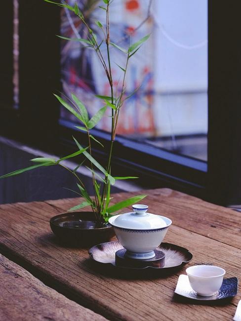 Asiatische Deko Porzellan und Pflanze auf Tisch