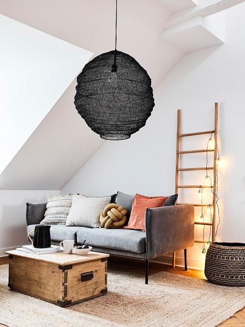 Boho Wohnzimmer mit Holztruhe und schwarzer Hängeleuchte