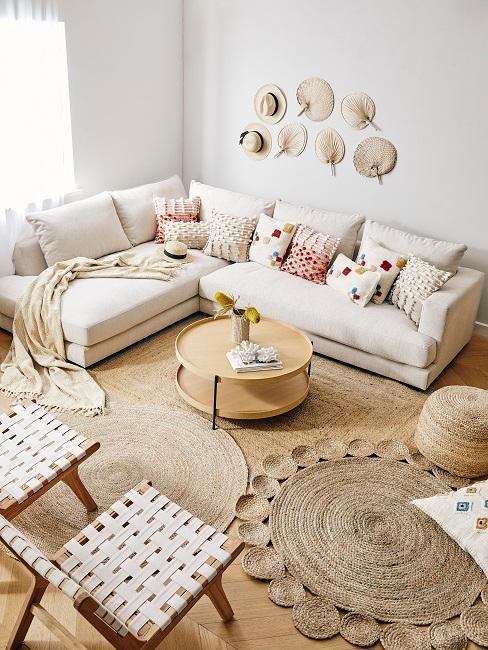 Boho Wohnzimmer mit Wanddeko und vielen Boho Kissen