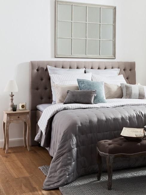 Schlafzimmer mit braunem Bett im Landhausstil