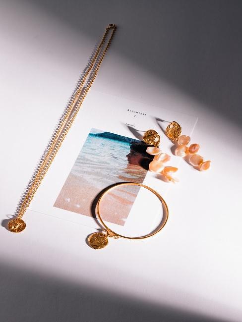 Goldener Schmuck auf weißem Tisch als Geschenk zum Muttertag