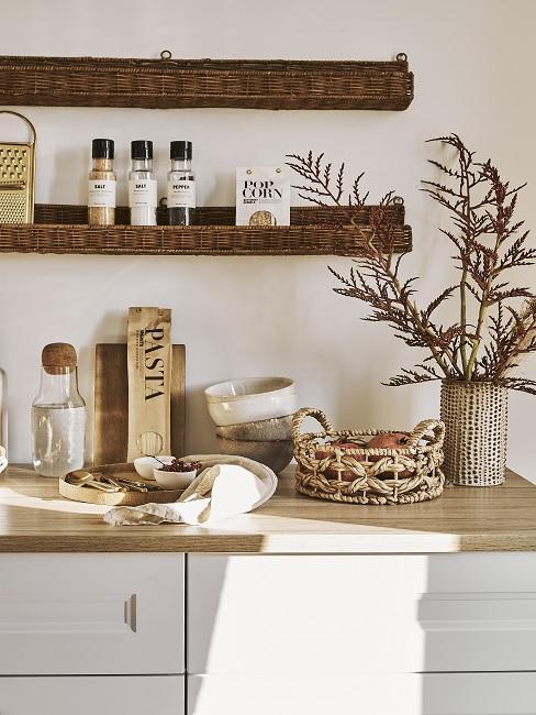 Weiße Küche mit Wandregalen aus Bast