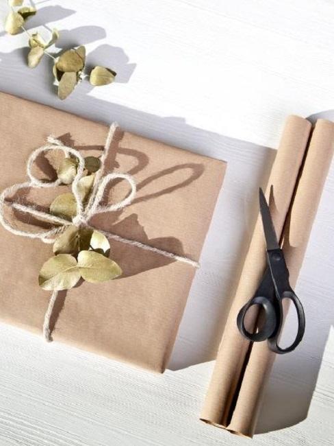 Verpacken ohne Geschenkpapier Schere Packpapier