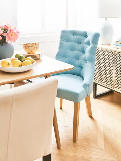 Comedor con silla azul cielo