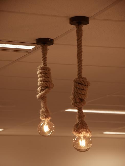 Bombillas colgando de cuerdas