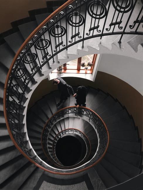 Casa antigua con escalera en espiral de caracol