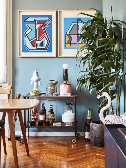 salon boho, peintures encadrees sur les murs vert bleu, objets deco