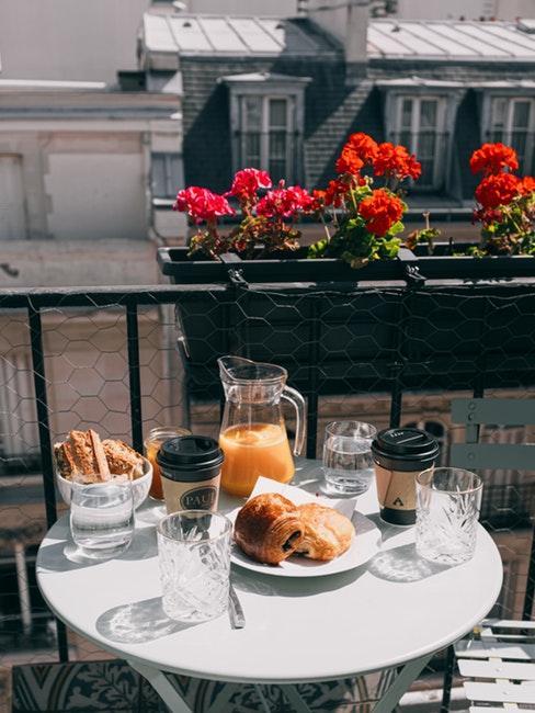 Table ronde sur un balcon parisien avec un petit déjeuner