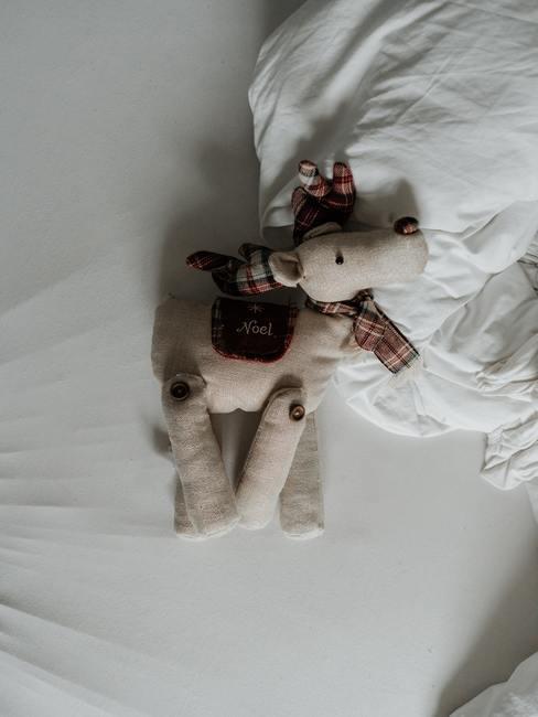 Ours en peluche sur lit blanc