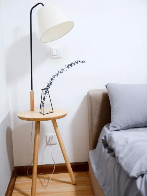 Dettgalio camera da letto minimal con comodino in legno