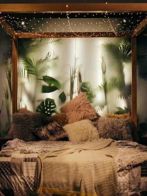letto a baldacchino in legno con testiera di luci e piante