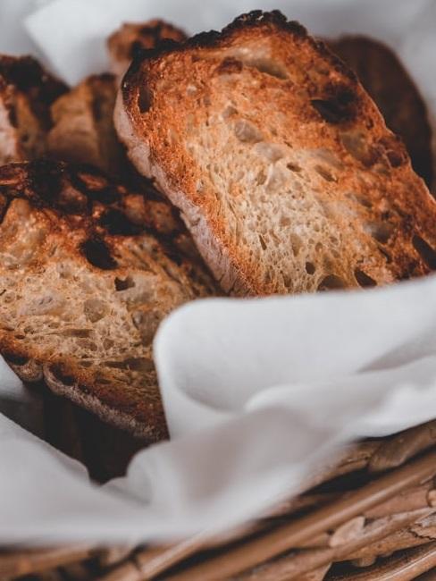 Pane tostato in un cestino