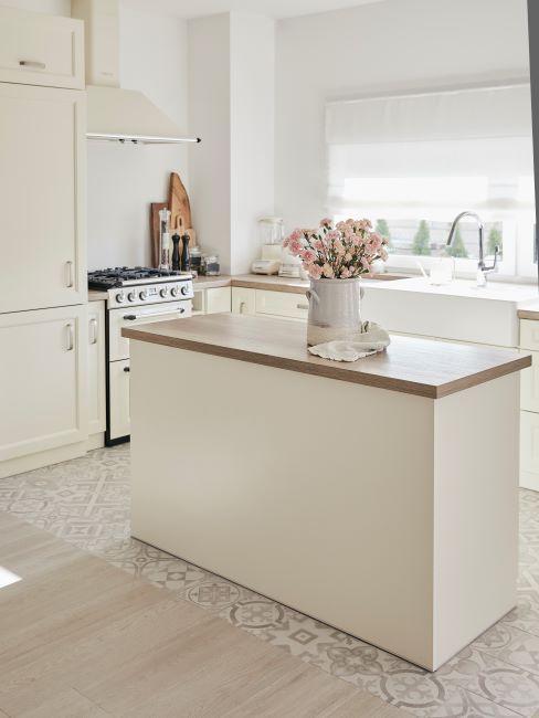 pulizie di casa cucina bianca e legno naturale
