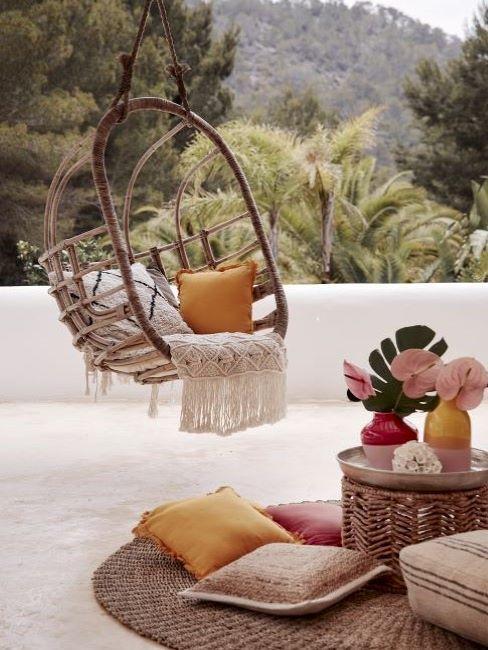 altalena da giardino e cuscini decorativi