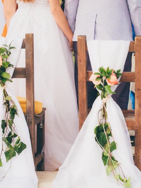 sedie in legno con velo e rose