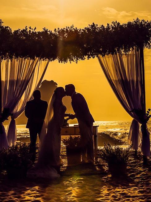 matrimonio in spiaggia tramonto