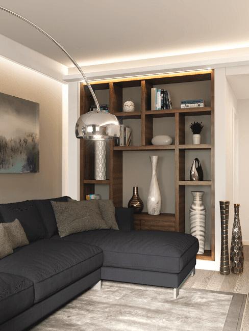 angolo soggiorno con divano, lampadario e libreria