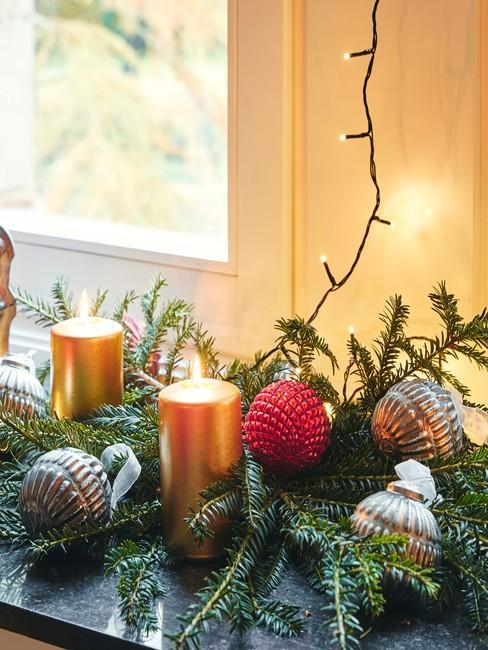 Girlanda świąteczna na parapcie ze świeczkami, bombkami oraz lampkami